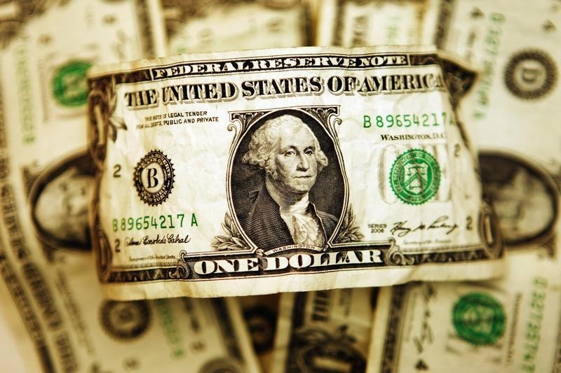 © Reuters.  Dollar up in early Asia