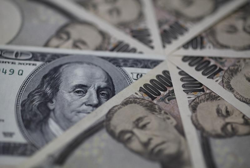 © Reuters.  Dollar hovering near 1-week low versus yen