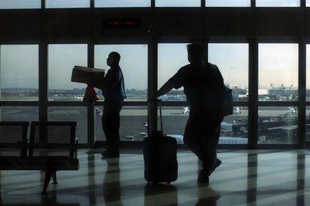 Inversionistas divididos ponderan recompra de bonos de cancelado aeropuerto México