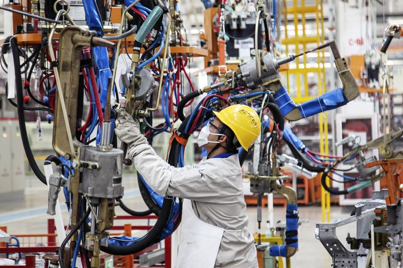 © Reuters.  Объём промышленного производства в Китае: 7,6% при прогнозе в 6,3%