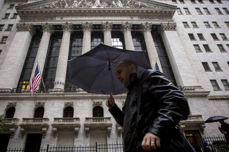 © Reuters.  U.S. stocks lower at close of trade; Dow Jones Industrial Average down 3.10%