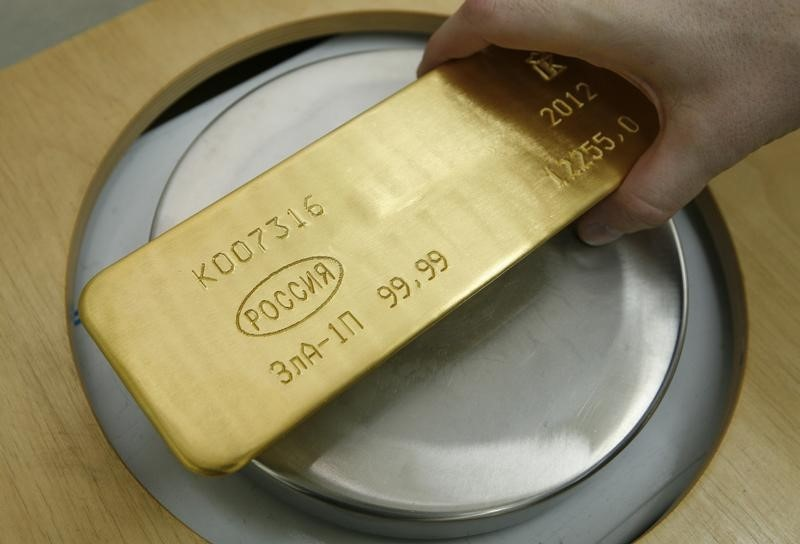 © Reuters.  Gold glitters no more