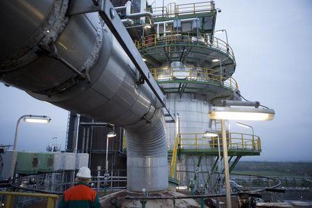 انخفاض سعر النفط انتظارًا لقرار أوبك، وتسعير أرامكو