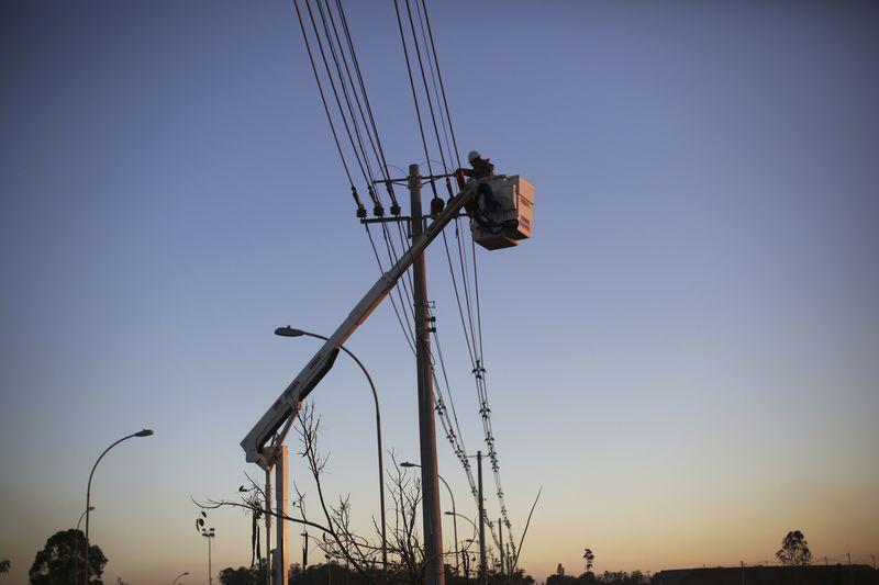 © Reuters.  Conta de luz no Rio de Janeiro terá alta de dois dígitos