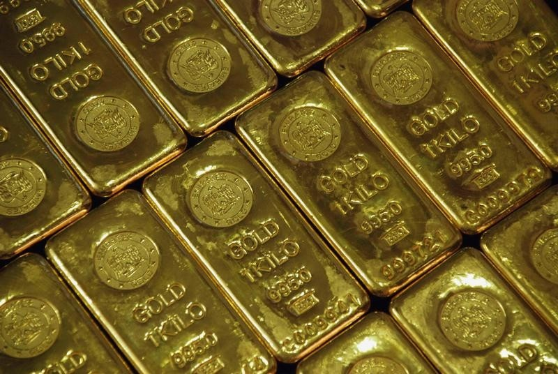 © Reuters.  PRECIOUS-Gold prices hit two-week high on short covering, weaker dollar