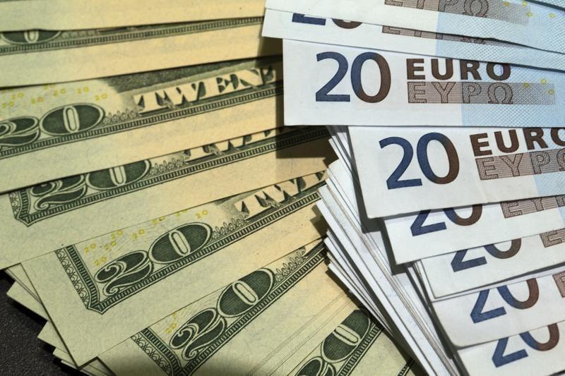 © Reuters.  Форекс - Курс EUR/USD вырос к закрытию американских торгов