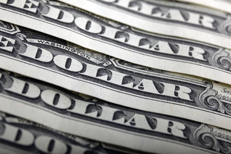 © Reuters.  FOREX-Dollar edges up, on track for weekly gain; Bitcoin shines