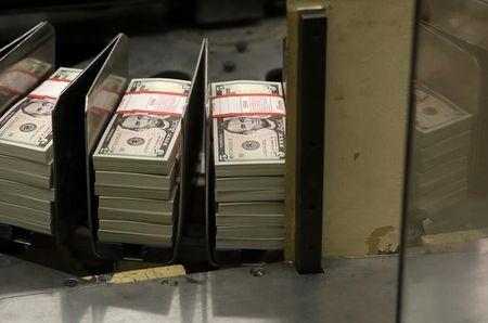 فوركس-الولايات المتحدة تؤجل فرض تعريفات على الصين، والدولار يرتفع