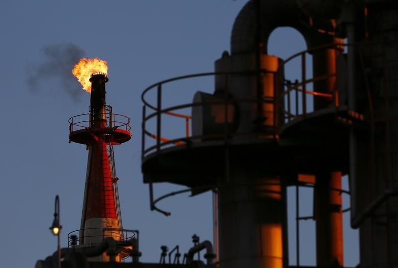 © Reuters.  Crude gains in Asia
