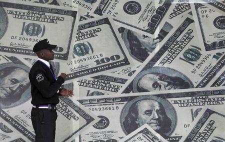 سعر الدولار يتراجع إلى 16.97 جنيه اليوم