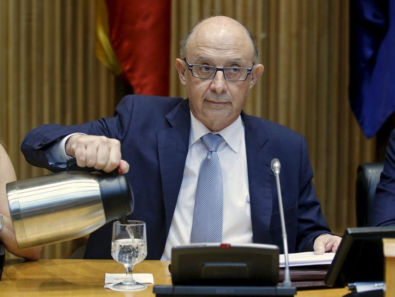 © Reuters.  Hacienda mejora las condiciones de pago a municipios con deudas