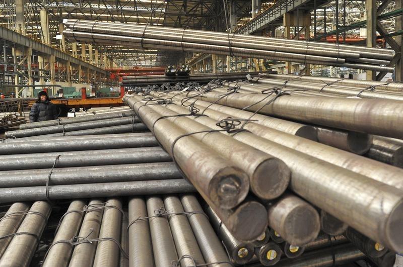 © Reuters.  Futuros do minério de ferro recuam quase 1% em Dalian na espera de estímulos