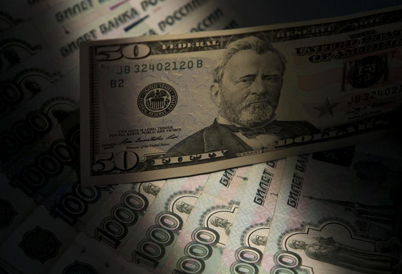 © Reuters.  Рубль подешевел под давлением снижающихся цен на нефть и словесных интервенций