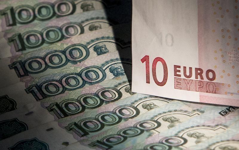 Рубль подешевел к евро, рынок остается вялым в преддверии важных событий