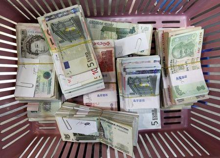 فوركس - الدولار الأمريكي ثابت مع انتظار المستثمرين لمحاضر الاحتياطيى الفيدرالي