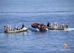Navio de caridade diz que segurança de migrantes aguardando desembarque na Itália está em risco