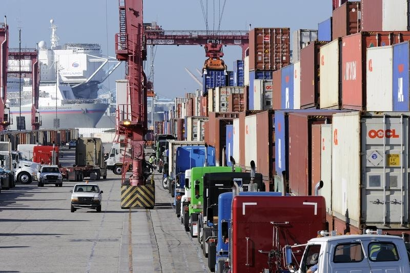 © Reuters.  U.S. Trade Gap Narrows to Five-Month Low as Imports Plummet