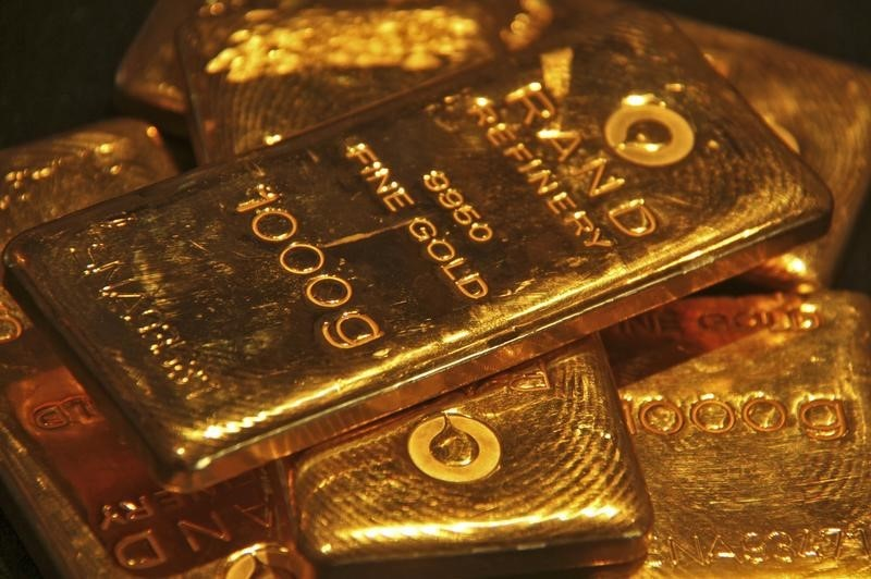 © Reuters.  Gold dips after dollar rebounds on Fed rate hike