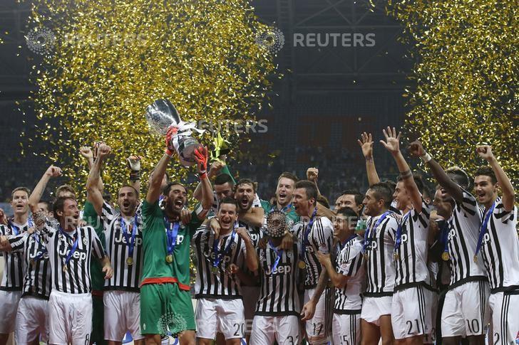 © Reuters.  Juventus debole dopo gli utili in perdita ma titolo resta ai massimi