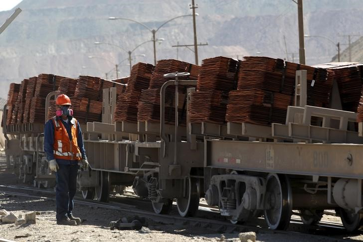 © Reuters.  Afghanistan signs major mining deals in development push