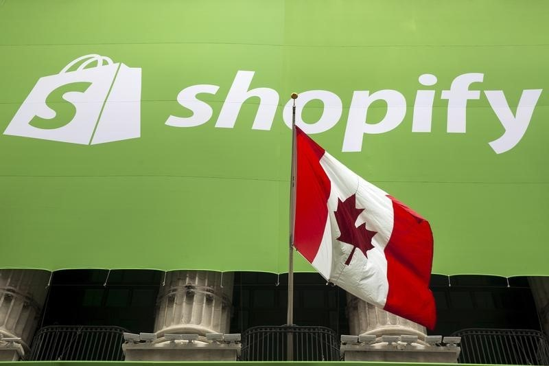 © Reuters.  Shopify reports slower growth in vendor sales, shares fall 7 percent
