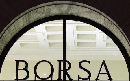 Borsa Milano chiude tonica, brillano banche e Telecom