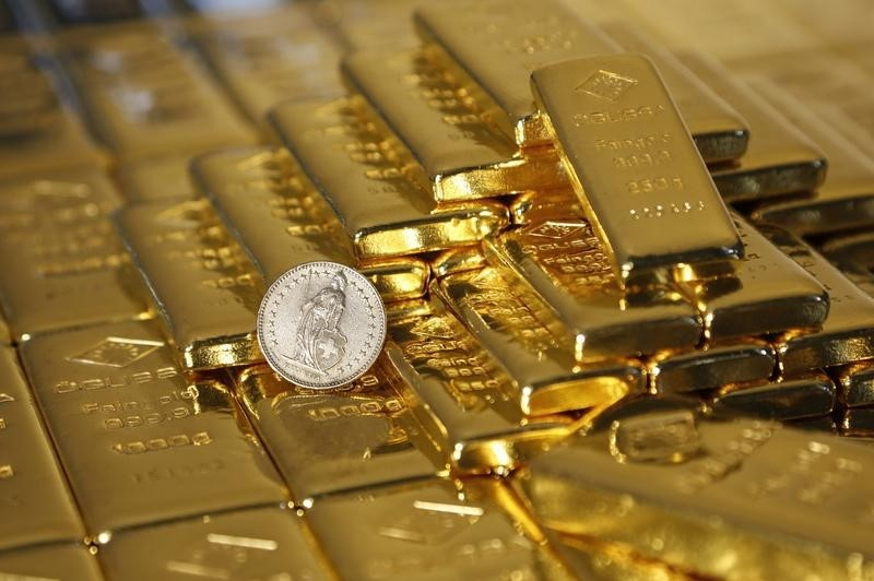 © Reuters.  PRECIOUS-Gold tops $1,205 mark as share sell-off sparks safe-haven buying