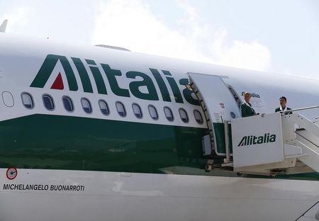 Alitalia, aerei a terra e compagnia ancora sull'orlo del fallimento