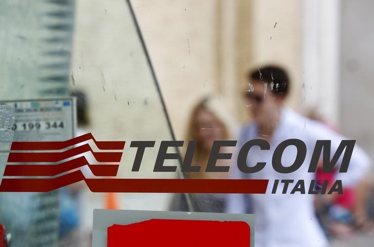 """© Reuters.  Telecom sale a +1% con parole Calenda su possibile """"società delle reti"""""""