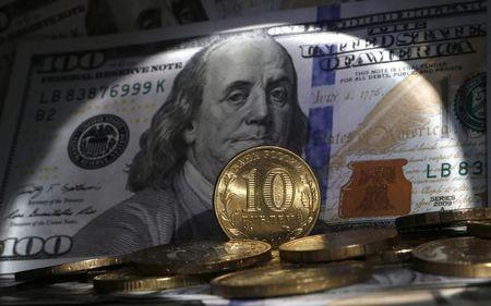 Рубль уступает доллару и евро на открытии торгов