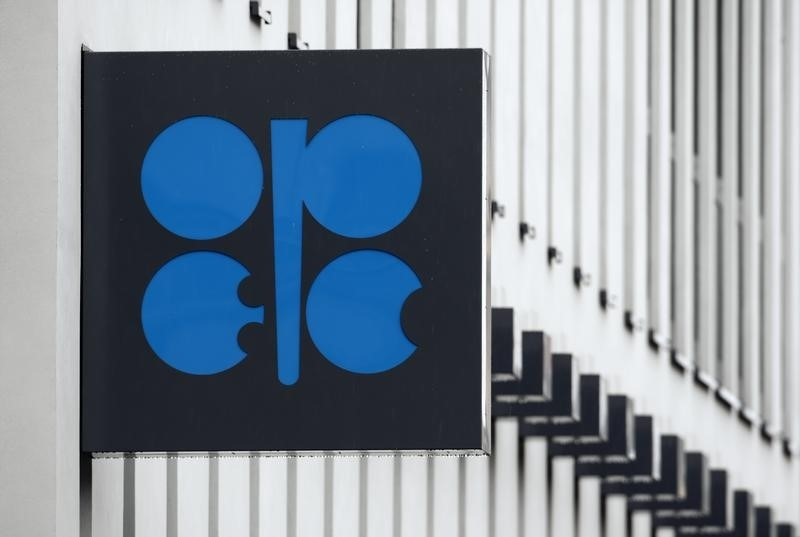 © Reuters.  Senate Democrats want Trump to prod OPEC to lower oil prices
