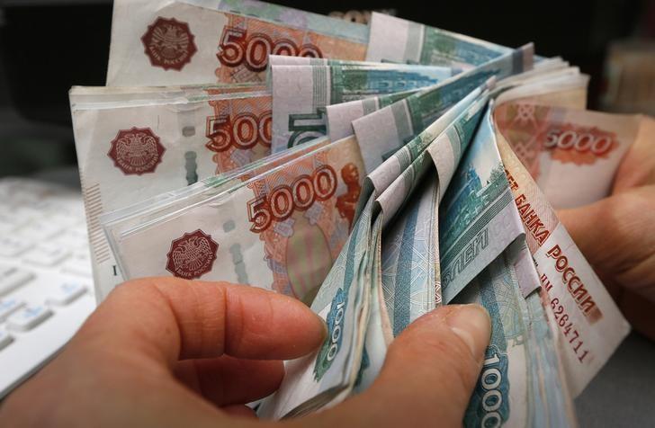 © Reuters.  Рубль дорожает на прибавляющей в цене нефти