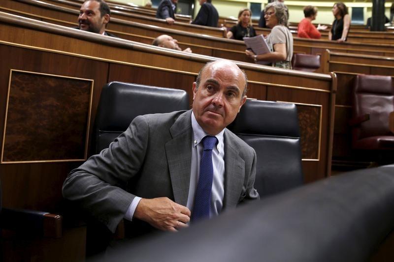 © Reuters.  El currículum de De Guindos será tratado como documento