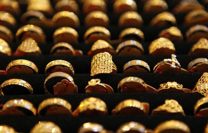© Reuters.  Oro in calo ma supportato in vista del discorso della Yellen