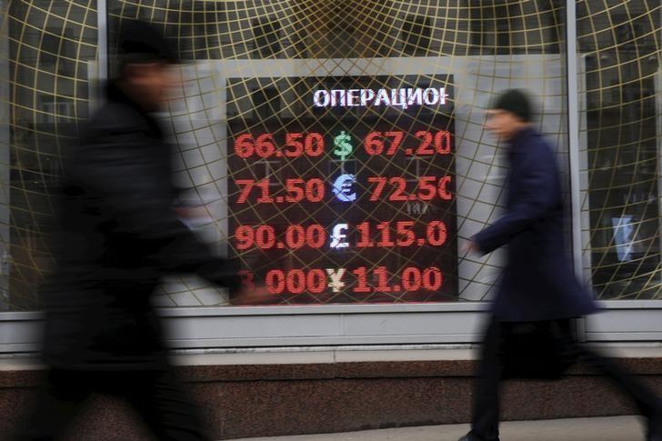 Российский рубль достиг нового дна, цены на нефть продолжают падение