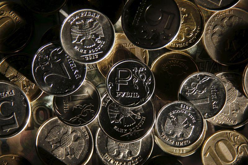 © Reuters.  Рубль немного укрепился на старте торгов на Мосбирже
