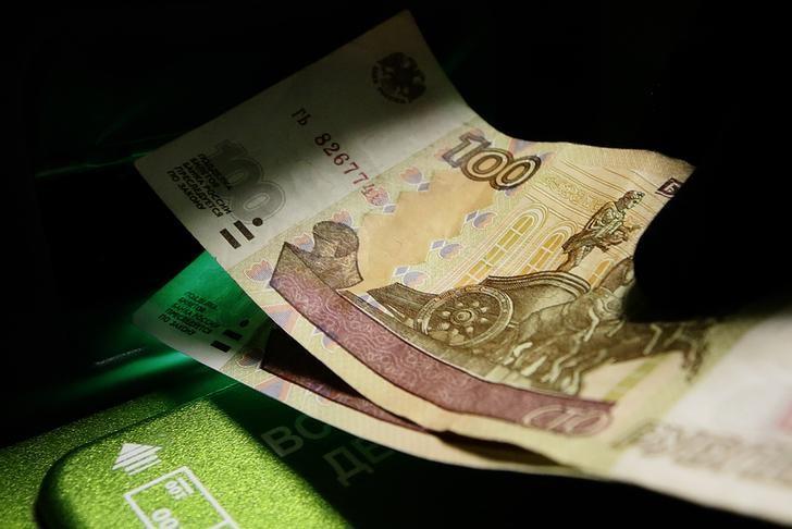 © Reuters.  Рубль начал торги пятницы незначительным снижением