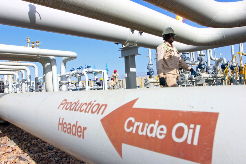 © Reuters.  Crude oil prices tick up but stay near 3-week lows