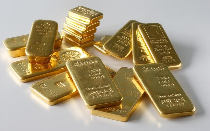 © Reuters.  PRECIOUS-Gold slips 1% as equities, U.S. Treasury yields rise