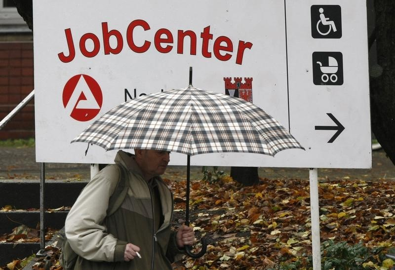 © Reuters.  German jobless rate unexpectedly drops, marking new record low