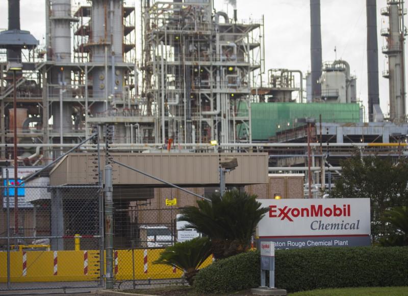 © Reuters. Exxon Mobil Falls 3%