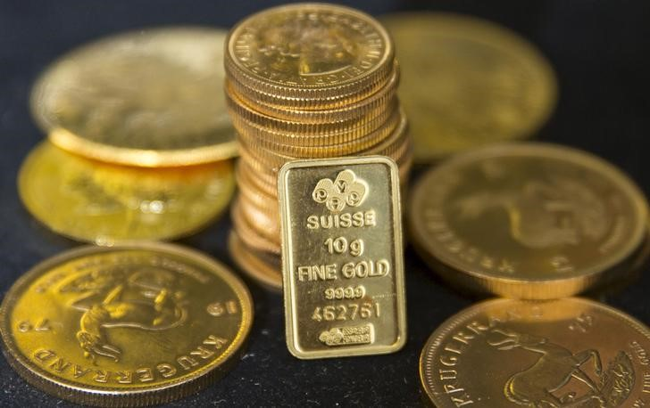 © Reuters.  PRECIOUS-Gold edges up from one-week low after U.S. dollar dips