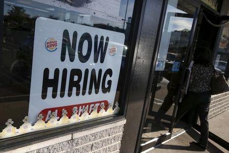 Pedidos semanais de auxílio-desemprego nos EUA sobem mais do que o esperado