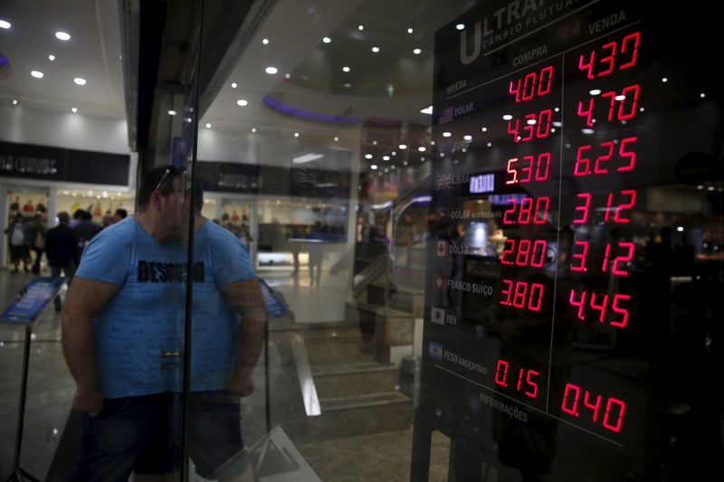 © Reuters.  Peso uruguayo sube ligeramente en mercado con abultada operativa