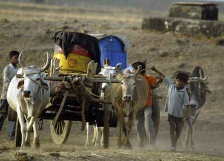 कोरोनोवायरस उपायों के कारण गरीब भारतीय गांवों में पलायन कर जाते हैं