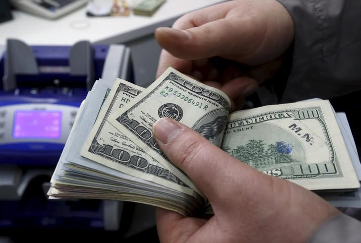 © Reuters.  The dollar hovered above 10-month lows on Monday