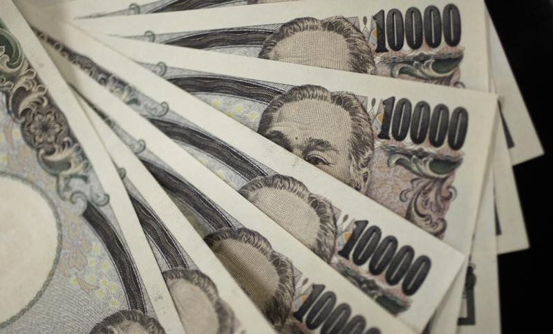 © Reuters.  Yen pares gains