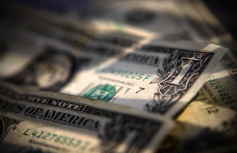 © Reuters.  FOREX-Dollar edges up on Fed Dudley's comments, yen slips