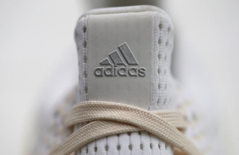 © Reuters.  Adidas stuns with basketball shoes momentum