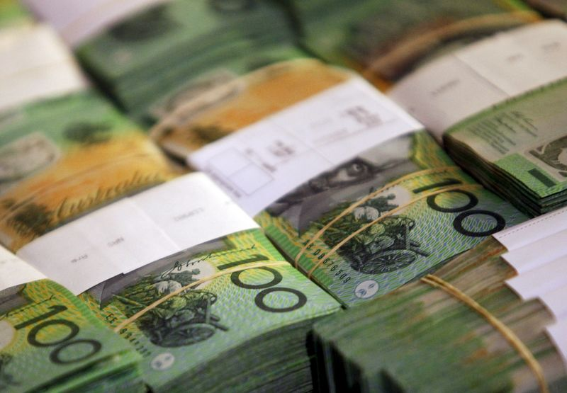 © Reuters.  Aussie and kiwi move lower vs. greenback in late trade